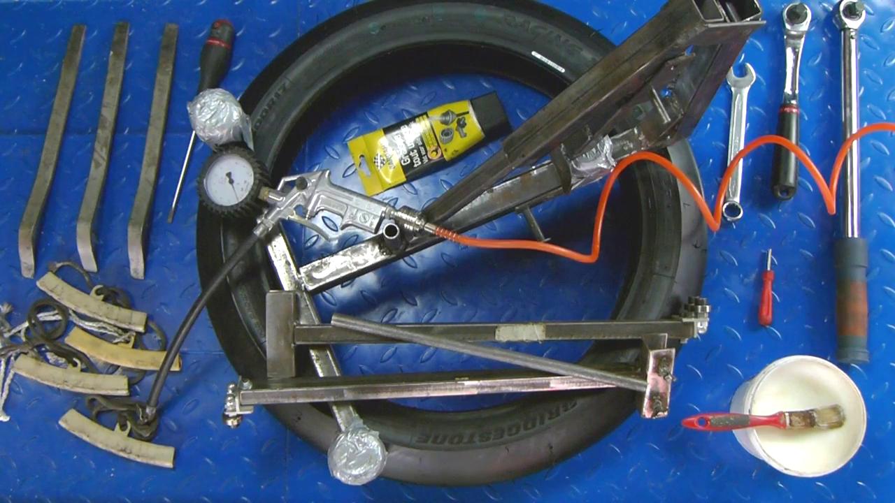 Pour monter un pneu moto chez soi il faut des outils spécifiques comme une décolleuse, des plombs, un démonte pneu