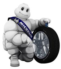 Mascotte bibendum avec un pneu Michelin