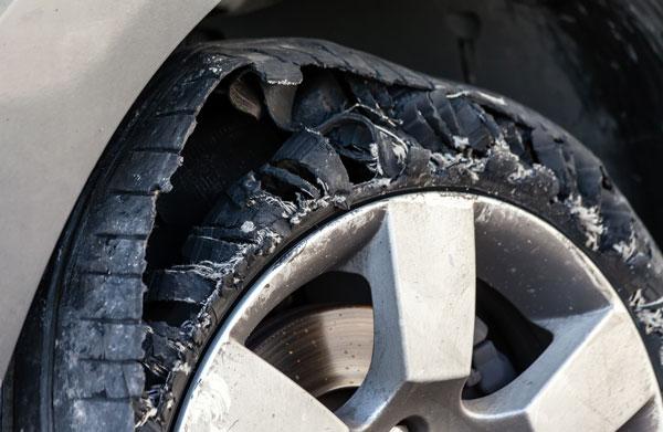 Un pneu chinois d'une mauvaise marque qui s'est entièrement déchiré