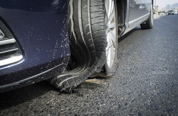 Un pneu rechapé qui a éclaté