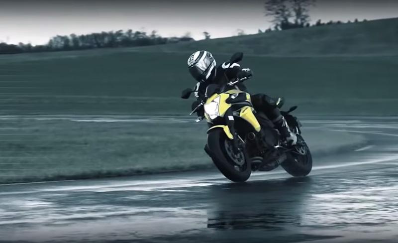 Le test du pneu moto Michelin Pilot Road 4, sur route mouillée et freinage d'urgence